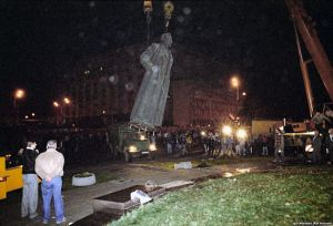 August 1991: Dzerzhinsky's statue being taken down. The Lubyanka police headquarters ins in the background. From RIA Novosti