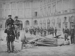 The head of the toppled Vendome column. A contemporary photo by Bruno Braquehais