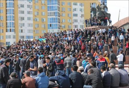 Protesters in Atyrau on 24 April