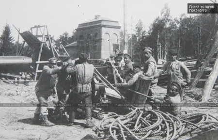 Installing equipment at the Shaturskaya power station in the 1920s. Photo: Mosenergo history museum. http://www.mosenergo-museum.ru/Museum/Archive/Photo/411/#pg-img-6